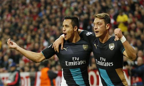 Adebayor chê Arsenal quá phụ thuộc vào Sanchez và Ozil
