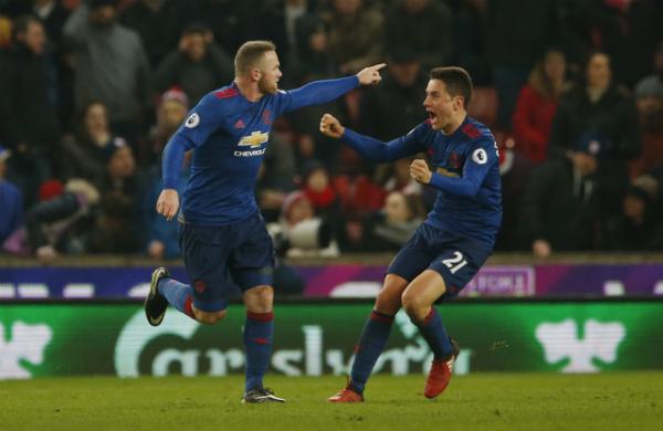 Rooney lập công phút bù giờ, Man Utd thoát thua trước Stoke