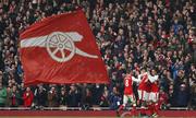 Thắng bằng quả phạt đền phút bù giờ thứ tám, Arsenal lên nhì bảng