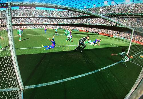 Suarez giải cứu Barca bằng bàn thắng ở phút 90