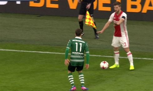 Cầu thủ Ajax lợi dụng đồng đội chấn thương để qua người