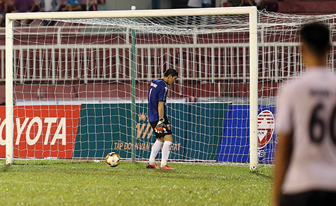 Phản đối trọng tài, cầu thủ Long An đứng im để TP HCM ghi ba bàn