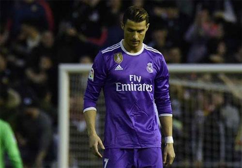 Real thua Valencia, cuộc đua Liga lại rộng mở cho Barca