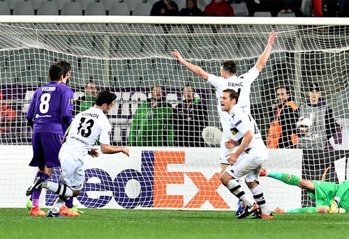 Moenchengladbach đi tiếp tại Europa League sau khi bị dẫn 0-3