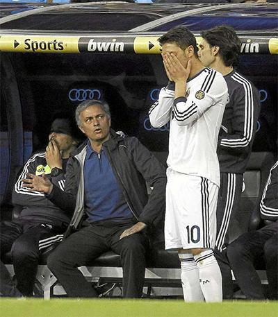 """Mourinho từng mắng Mesut Ozil là """"đồ hèn"""""""