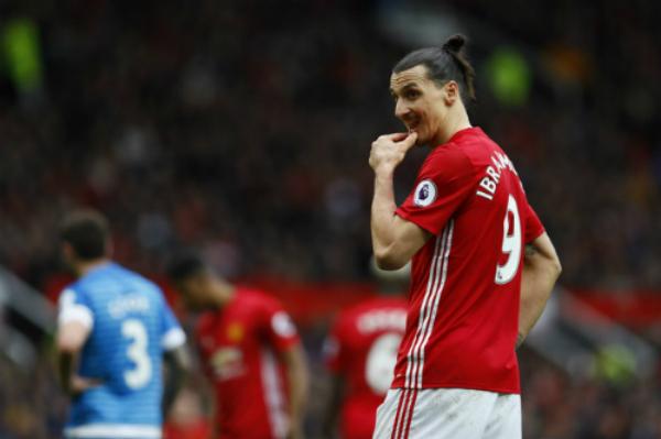 Ibrahimovic đá hỏng phạt đền, Man Utd chôn chân vị trí thứ sáu