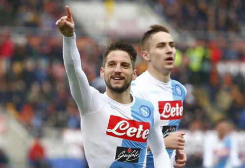 Napoli đánh bại Roma, tiếp tay Juventus tiến gần Scudetto