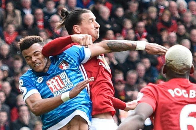 Mourinho mắng cầu thủ đạp vào đầu Ibrahimovic