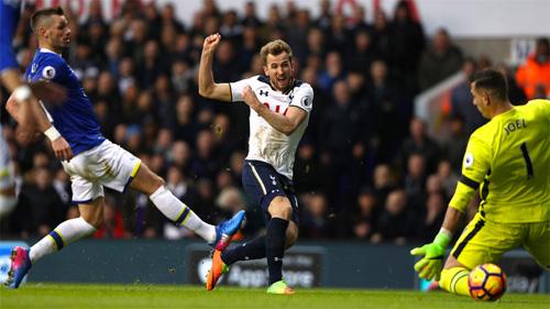 Kane lập cú đúp, Tottenham phả hơi nóng vào Chelsea