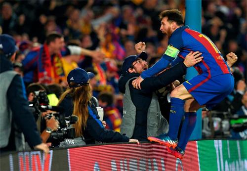 CĐV vây chặt xe chở Messi và bạn gái tại sân Nou Camp