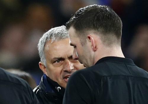 Mourinho ám chỉ trọng tài trù dập Man Utd