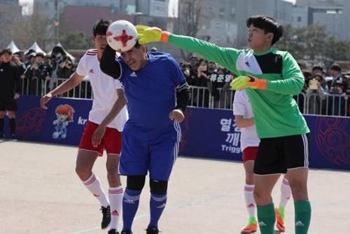 """Maradona tái hiện """"bàn tay của Chúa"""" khi dự U20 FIFA World Cup"""