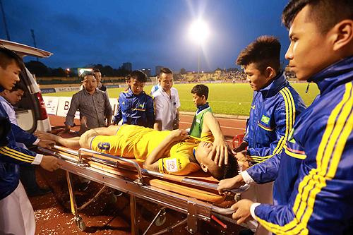 Cầu thủ SLNA nhập viện cấp cứu sau trận đấu với HAGL