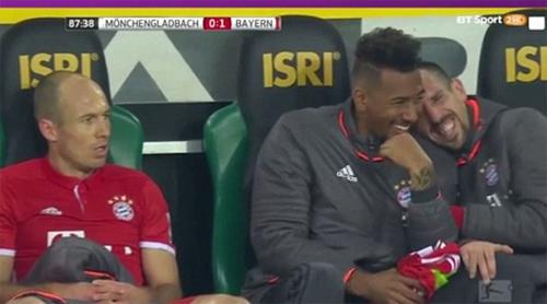 Đồng đội cười cợt vì hành động giận dỗi của Robben