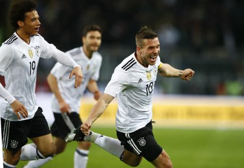 """Đức đánh bại Anh nhờ """"siêu phẩm chia tay"""" của Podolski"""