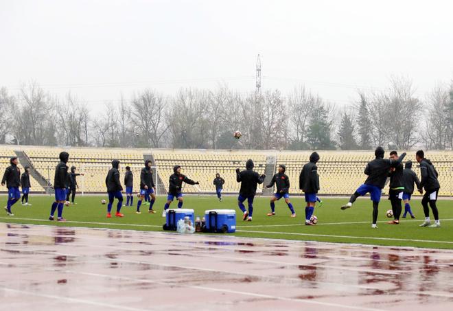 Tuyển Việt Nam tập trong mưa, lạnh 12 độ C tại Tajikistan