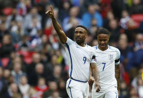 Defoe ghi bàn ngày trở lại, Anh tiếp tục dẫn đầu bảng