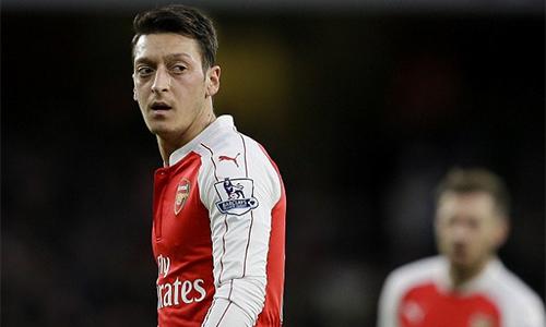 Ozil bức xúc vì phận làm dê tế thần ở Arsenal