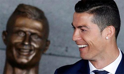 """Người tạc tượng Ronaldo: """"Chúa cũng không thể thỏa mãn tất cả"""""""