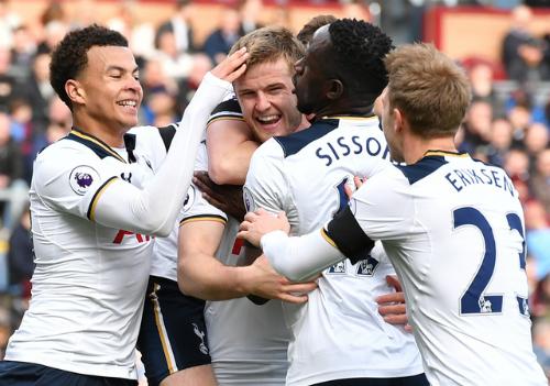Tottenham rút ngắn khoảng cách với Chelsea còn bảy điểm
