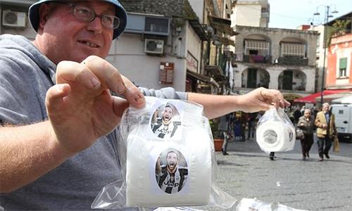 CĐV Napoli in mặt cựu người hùng Higuain lên giấy vệ sinh