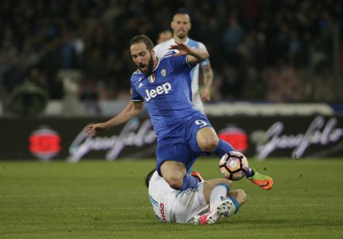 Napoli cầm hòa Juventus, Roma thắp hy vọng đua vô địch