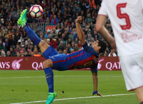Suarez vô lê kiểu xe đạp chổng ngược, Barca đại thắng Sevilla