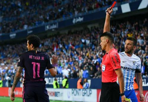 """HLV Luis Enrique: """"Cầu thủ Barca buộc dây giày cũng bị thẻ phạt"""""""