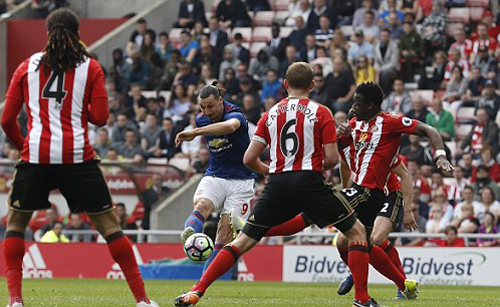 Ibrahimovic ghi bàn và kiến tạo, Man Utd thoát khỏi vị trí thứ sáu