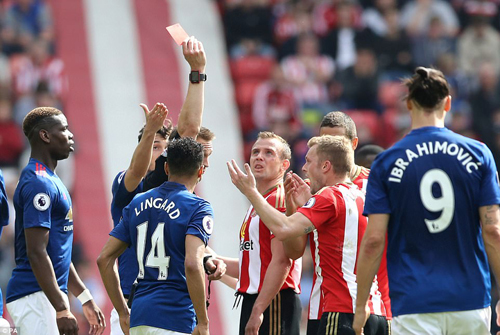 David Moyes ám chỉ Man Utd thắng nhờ trọng tài