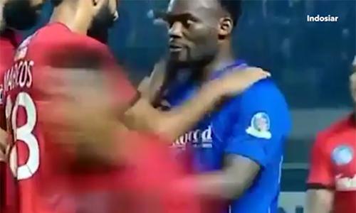 Cựu sao Chelsea đuổi đánh cầu thủ đối phương ở Indonesia