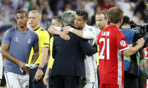 Ronaldo an ủi Ancelotti sau khi loại Bayern Munich