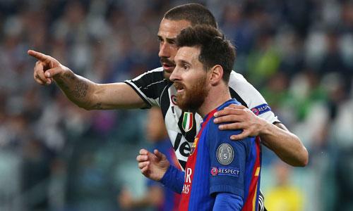 Hai cầu thủ của Juventus tranh nhau đổi áo với Messi