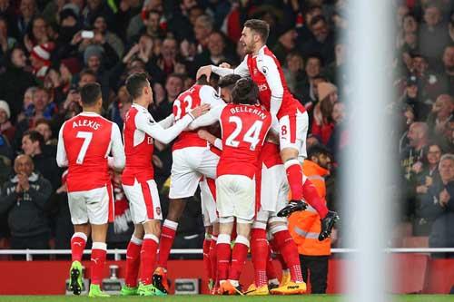 Arsenal đánh bại Leicester nhờ bàn phản lưới