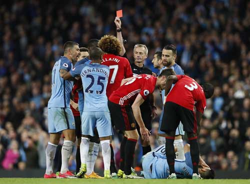 """CĐV kêu gọi Man Utd bán Fellaini khẩn cấp sau cú """"thiết đầu công"""" với Aguero"""