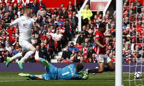 Chia điểm với Swansea, Man Utd lỡ cơ hội vào top bốn