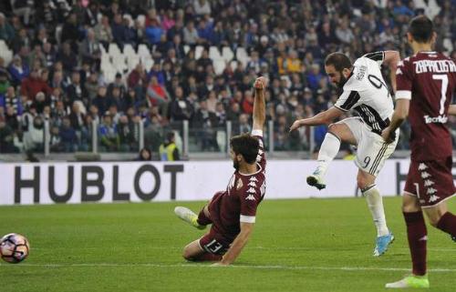 Higuain nổ súng phút bù giờ, Juventus hòa trận derby thành Turin