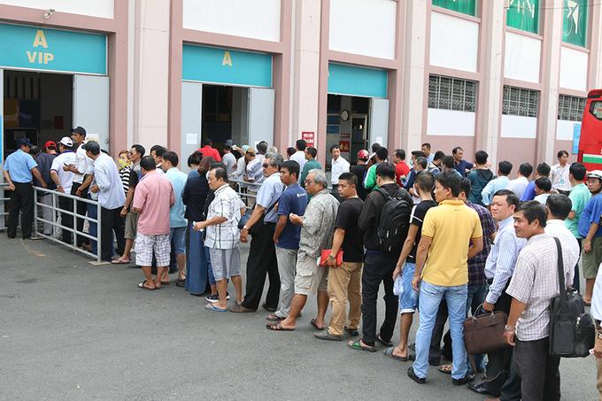 Người hâm mộ xếp hàng dài mua vé trận U20 Việt Nam - U20 Argentina