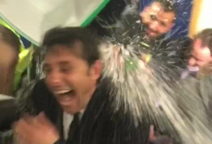 Conte bị 'đánh úp' trong phòng thay đồ sau khi Chelsea vô địch