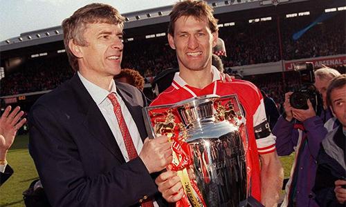 Wenger ám chỉ trò cũ Tony Adams chỉ trích ông để bán sách