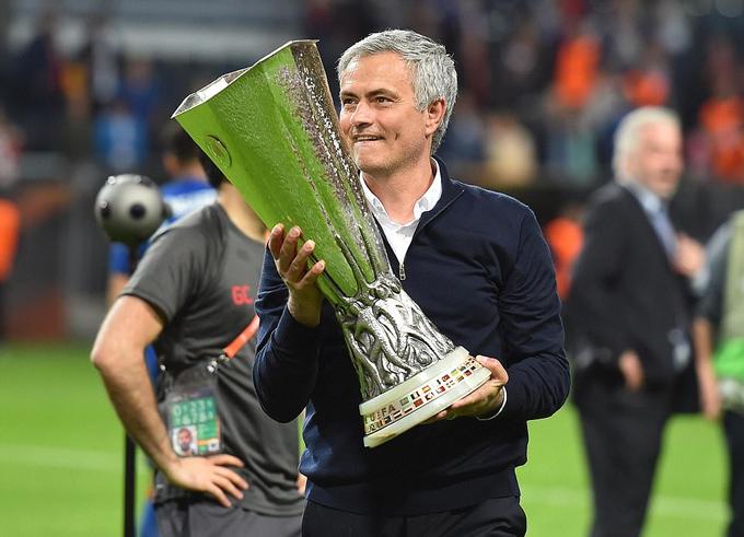 Cha con Mourinho ôm nhau lăn lộn trên sân