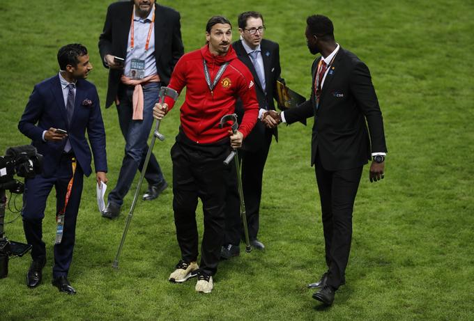 Cầu thủ Man Utd chống nạng nhận Cup Europa League