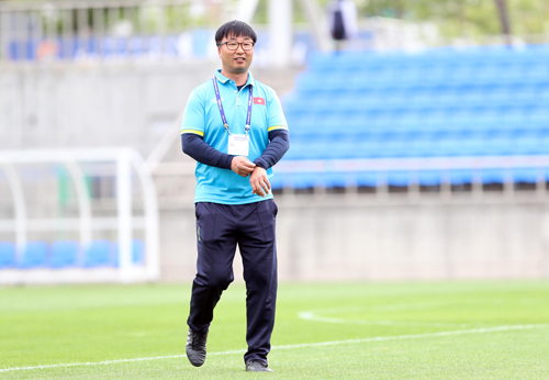 chang-trai-han-quoc-rong-ruoi-theo-u20-viet-nam-1