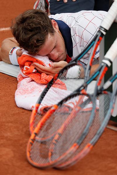 Djokovic thoát hiểm sau năm set ở Roland Garros