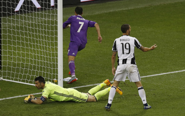 Buffon đã thủng lưới sáu bàn bởi Ronaldo chỉ sau năm trận tại Champions League. Thủ thành của Juventus chưa bao giờ bị thủng lưới nhiều như vậy bởi các cầu thủ khác. Ảnh: Reuters.
