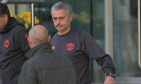 Mourinho tiếp tục ở khách sạn, không mua nhà tại Manchester