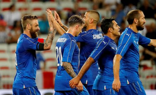 """Hậu vệ phản lưới """"đẹp mắt"""", Uruguay thua đậm Italy"""
