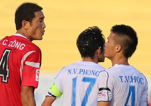 Tuyển thủ U20 Việt Nam bị giẫm đạp ở V-League