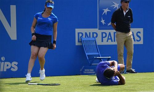 Kyrgios ngã quỵ vì chấn thương tại giải khởi động cho Wimbledon - ảnh 1
