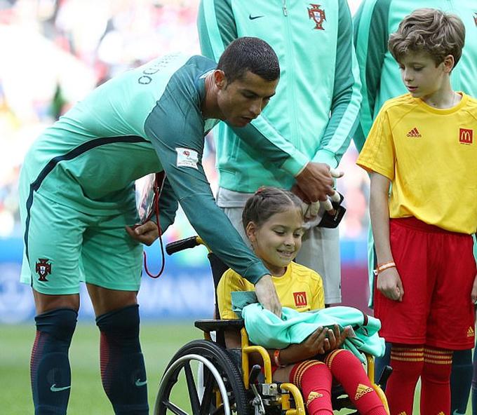 Ronaldo tặng áo, hôn bé gái khuyết tật trước trận đấu